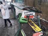 Dramatyczny wypadek w Żywcu: samochód staranował przystanek autobusowy. Kierowca zasłabł za kierownicą