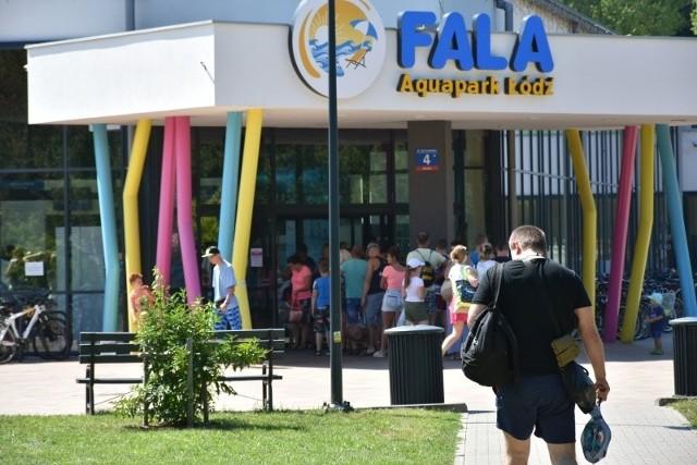 Aquapark Fala był w sobotę oblężony. Kolejka do kas ciągnęła się aż poza drzwi hali wejściowej.