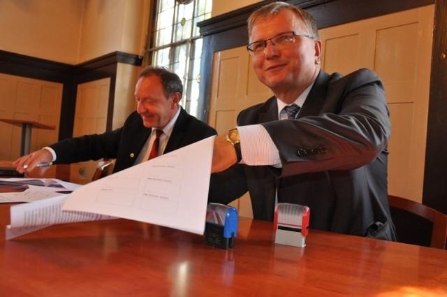"""Porozumienie o utworzeniu """"Obszaru funkcjonalnego Kluczbork. Kluczbork-Namysłów-Olesno"""" podpisali we wtorek wszyscy starostowie, burmistrzowie i wójtowie. Na zdjęciu burmistrz Kluczborka Jarosław Kielar (z prawej) i burmistrz Olesna Sylwester Lewicki."""
