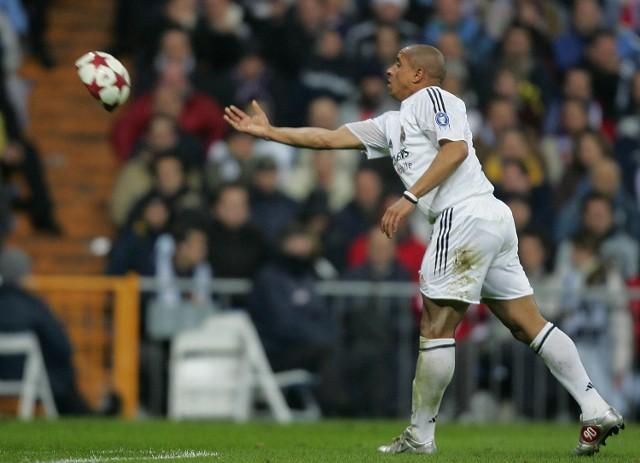 """Tak wygląda piłka po """"atomowym"""" strzale Roberto Carlosa."""