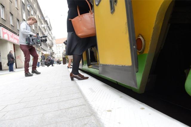 Przystanek wiedeński umożliwia pasażerom łatwiejsze wejście do wagonu, wprost z podniesionego poziomu ulicy.