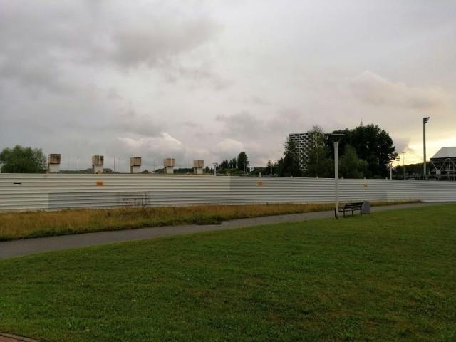 Miasto chce przejąć od Hartbexu teren nad Wisłokiem sąsiadujący z Przestrzenią Kwadratową. Tuż po jej otwarciu został on ogrodzony przez dewelopera.
