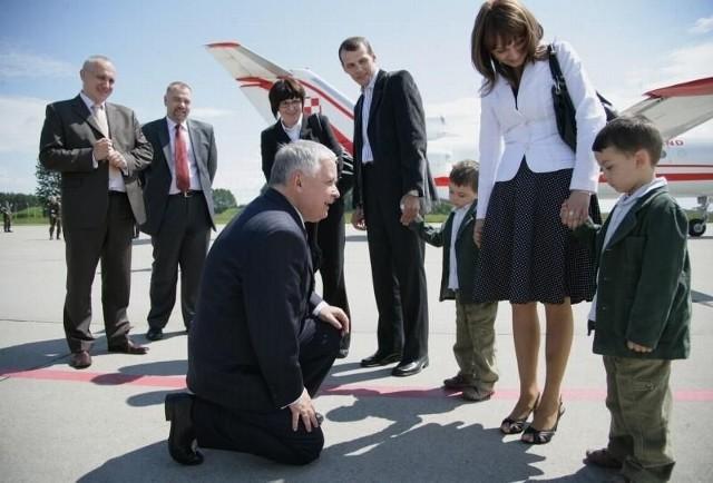 Prezydent wita się z Olkiem i Kubą Kaczyńskimi z Ostrołęki na lotnisku przed wyruszeniem w całodzienną podróż. Z bliźniakami rodzice: Renata i Arkadiusz