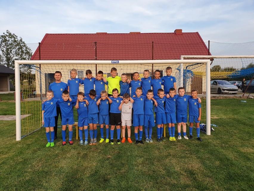 Chłopcy z rocznika 2010 oraz ich koledzy z innych grup wiekowych są szkoleni pod okiem wykwalifikowanej kadry trenerów