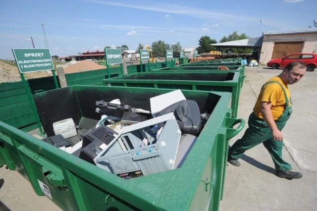 Punkt selektywnej zbiórki odpadów w Prószkowie na terenie zakładu komunalnego. Niewykluczone, że wkrótce przejmie on całą gospodarkę gminnymi śmieciami.