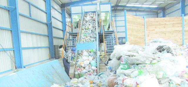 Obecnie 44 tys. ton odpadów rocznie trafia do PGK do sortowania. Zaledwie cztery procent odpadów jest wcześniej segregowana przez mieszkańców.