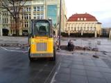 Trwa naprawa placu Wolności. Zniszczono go w trakcie koncertu (ZDJĘCIA)