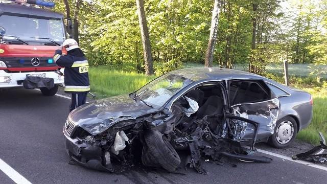 Wypadek na trasie Niedźwiedzkie - Prostki. 26-letni kierowca audi zasnął za kierownicą i zderzył z nadjeżdżającym tirem.
