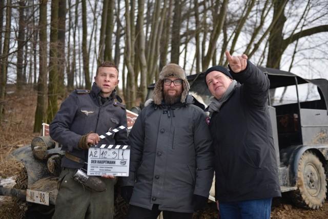 "Zdjęcie z planu ""Der Hauptmann"", od lewej: Max Hubacher (w roli Herolda), Robert Schwentke (reżyser) i Florian Ballhaus (operator)"