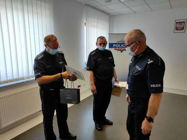 Komendant Powiatowy Policji w Tucholi przekazał funkcjonariuszom listy gratulacyjne.