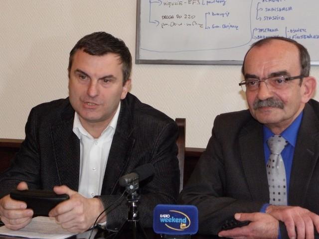Roman Guzelak (z lewej) sonduje, czy będzie zainteresowanie tą propozycją. Obok wiceburmistrz Edward Pietrzyk
