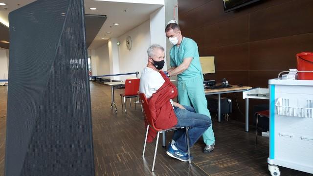 Siatkarze i Heynen szczepili się przeciwko koronawirusowi. Trener zachęca innych.