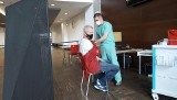 Polscy siatkarze i Vital Heynen szczepili się przeciwko koronawirusowi. Trener zachęca do tego innych [ZDJĘCIA, WIDEO]