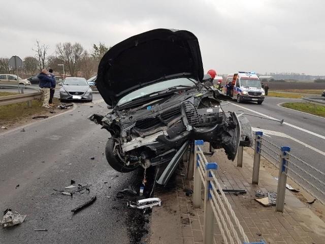 W sobotę po południu na obwodnicy Murowanej Gośliny zderzyły się trzy samochody osobowe. Jedno z aut w wyniku uderzenia wylądowało na barierkach. Na miejscu pojawiło się m.in. Lotnicze Pogotowie Ratunkowe. Dwie osoby zostały zabrane do szpitala.Przejdź do kolejnego zdjęcia --->