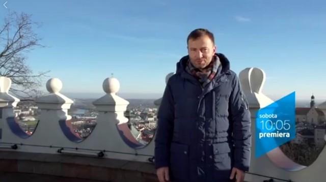 """Tomasz Bednar, prowadzący """"Zakochaj się w Poslce"""" w TVP 1, na baszcie Zamku Kazimierzowskiego w Przemyślu."""