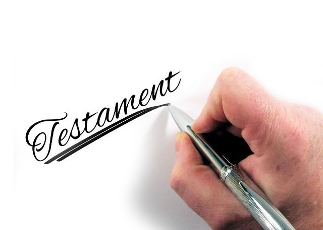 Napisanie testamentu powinna rozważyć każda pracująca osoba, posiadająca zobowiązania rodzinne czy finansowe. Choć trudno jest się zabrać do napisania tego dokumentu, to trzeba pamiętać, że piszemy go nie dla siebie, ale dla tych, którzy zostaną, gdy nas już nie będzie.