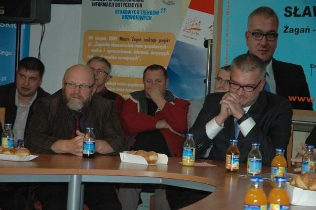 Zdzisław Mirski (z lewej) i burmistrz Sławomir Kowal na spotkaniu przed wyborami samorządowymi. Kilka dni później Kowala wybrano burmistrzem, a Mirski nie dostał się do rady. W grudniu zaczął pracę w dowodzonym przez Kowala magistracie.