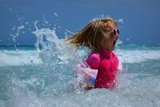 Wakacje 2021. Co z obostrzeniami? Czy wakacje mogą zostać skrócone? Wiele osób zastanawia się, czy rok szkolny może zostać wydłużony a wakacje skrócone a także jakich obostrzeń można się spodziewać w czasie letnich wakacji 2021.