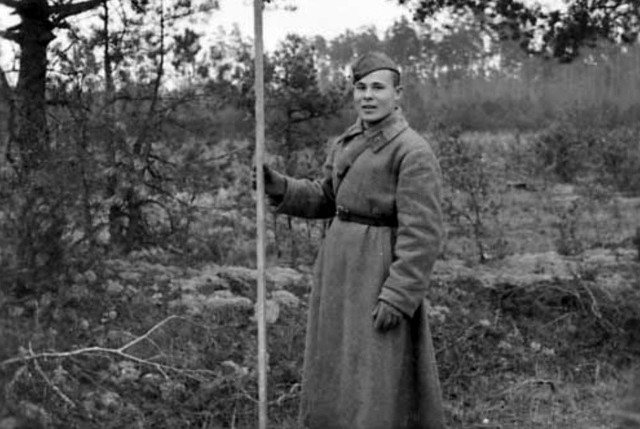 Sowiecki żołnierz z łatą mierniczą na linii demarkacyjnej. Gdzieś w Polsce.