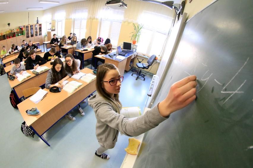 Do śląskiego Kuratorium Oświaty wpłynęło 201 uchwał - na 203 oczekiwane - w sprawie projektów dostosowania sieci szkół do zmian w oświacie