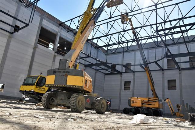 Opolski Park Sportu - w hali jest już podstawa podwieszanej bieżni. Po świętach rozpocznie się instalacja pokrycia dachowego oraz prace przy elewacji i szklanych fasadach.