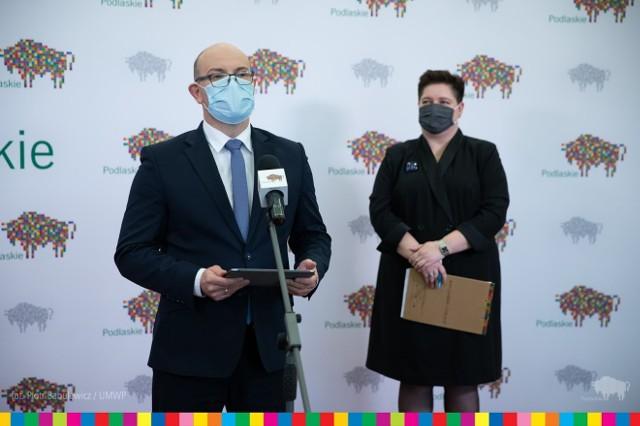 Na zdjęciu (od lewej): Joanna Sarosiek, odpowiadająca za fundusze unijne, dyrektor Departamentu Rozwoju Regionalnego w Urzędzie Marszałkowskim oraz marszałek województwa Artur Kosicki - podczas konferencji o dotacjach na montaż instalacji OZE.