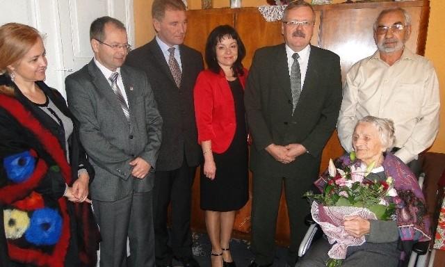Na obchody setnych urodzin pani Franciszki przybyły władze gminy Bodzentyn z przewodniczącym Rady Miejskiej Dariuszem Świetlikiem oraz wiceburmistrzem Januszem Mariuszem Kozerą na czele.