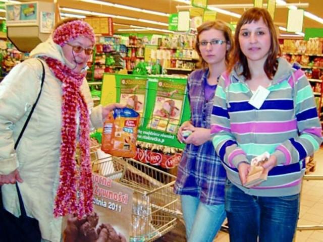 Zbiórkę żywności w Sokółce zorganizował Sokólski Fundusz Lokalny (z lewej Maria Talarczyk, prezes fundacji)