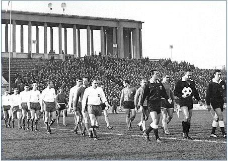 15 listopada 1967 roku. Bułgarski sędzia Goczo Rusew wyprowadza zespoły Wisły Kraków i HSV Hamburg na pierwszy mecz obu drużyn w Pucharze Zdobywców Pucharów