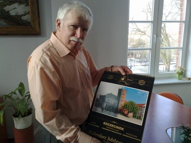 Dyrektor Jerzy Dudź użyczył do wydania kalendarza kilka pocztówek ze zbiorów Muzeum Regionalnego.