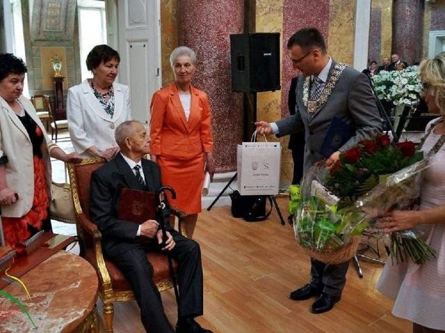 Jubilat odbierał życzenia i gratulacje  nie tylko od najbliższej rodziny, także od burmistrza Artura Michalaka