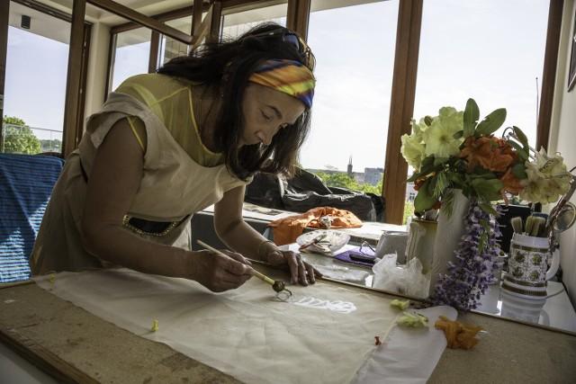 Batik jest techniką wyjątkowo trudną, a ja lubię wyzwania - przyznaje Lidia Szczypek