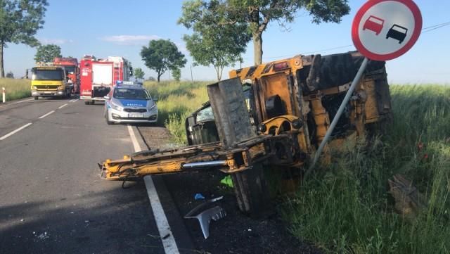 Do zdarzenia doszło dziś rano na wysokości Pakosławic. Droga krajowa 46 jest zablokowana, policjanci kierują na objazdy trasami Prusinowice, Złotogłowice oraz Hanuszów, Strobice. W wypadku brały udział trzy pojazdy, doszło do zderzenia z koparką. Jedna osoba trafiła do szpitala. Wkrótce więcej informacji.