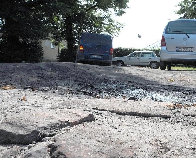 Taki jest stan parkingu przydworcowego. Samochodów byłoby z pewnością więcej, gdyby nie potężne zapadnięcia ziemi, na których można połamać resory.