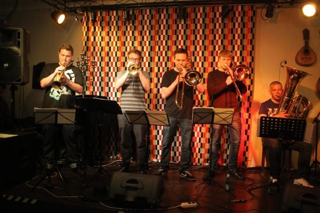Dizzy Boyz Brass Band podczas koncertu w klubie Pod Pretekstem