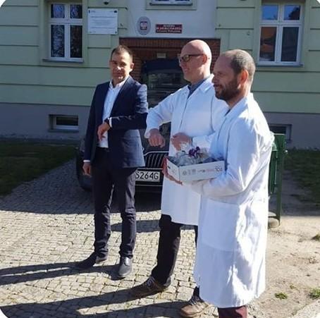 W piątek naukowcy z gorzowskiej akademii przekazali płyn do dezynfekcji wicestaroście powiatu strzelecko-drezdeneckiego Pawłowi Antczakowi. Płyn trafi do szpitala w Drezdenku