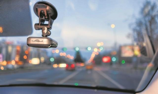 """172 grzywny i tyle samo wniosków do sądu - to dotychczasowy efekt akcji """"Stop drogowej agresji"""", w której kierowcy filmują piratów drogowych."""