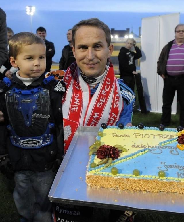 W sobotę Piotr Paluch (z lewej, na zdjęciu z synem Oskarem) dostał od kibiców Stali Gorzów także okolicznościowy tort