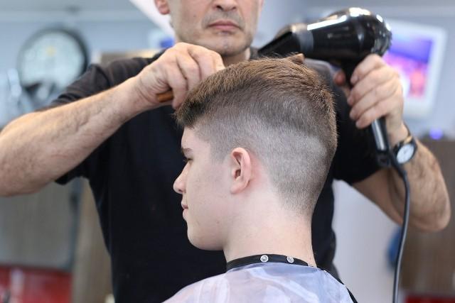 Salony fryzjerskie mogą działać od poniedziałku (18 maja). Decyzję premier Mateusz Morawiecki ogłosił w środę ( 13 maja). Po konferencji prasowej rozdzwoniły się telefony u łódzkich fryzjerów. Przez kilka godzin trudno się było gdziekolwiek dodzwonić. Klienci próbowali umówić się na wizytę. Nie było to proste.CZYTAJ DALEJ NA NASTĘPNYM SLAJDZIE