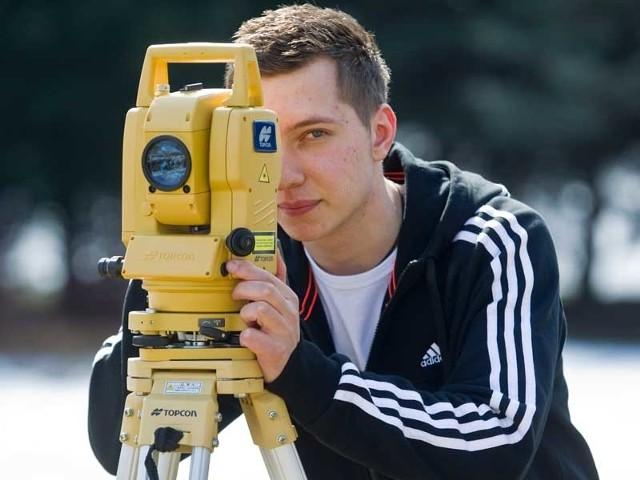 Mateusz Bielecki świetnie sobie radzi przy stole kreślarskim i w terenowych pracach. Uzdolniony nastolatek z Nowej Sarzyny wygrał ogólnopolską olimpiadę wiedzy geodezyjnej i kartograficznej.
