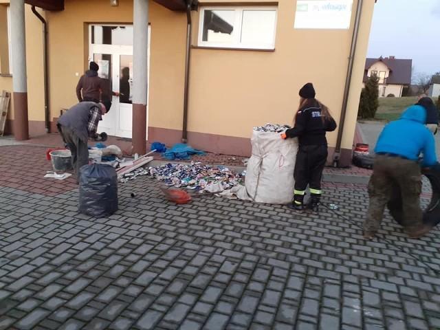 """Strażacy z OSP Skrzynka zorganizowali akcję """"Złom"""" żeby pomóc Marysi. Wcześniej w strażnicy w Skrzynce współorganizowali pierwsze urodziny Marysi"""