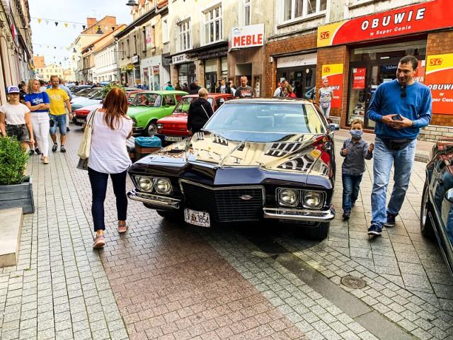 W Tarnowskich Górach odbył się zlot zabytkowych samochodów. Zobacz kolejne zdjęcia. Przesuwaj zdjęcia w prawo - naciśnij strzałkę lub przycisk NASTĘPNE >>>