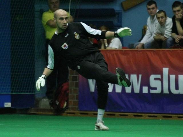 Kamil Gołębiewski w bramce Gryfa Słupsk w trakcie VI Amber Cup.