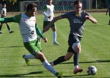 Z piłką Jakub Podsiadło, strzelec gola dla Radomiaka II Radom w meczu z Enea Energią Kozienice.