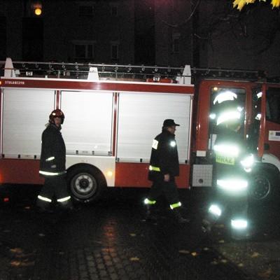 Strażacy tuz po akcji przy ul. Narewskiej 7A