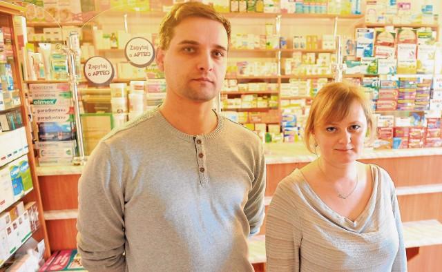 Monika Ziajor - Kraus oraz Dariusz Nieroda, aptekarze z Frysztaka skarżą się na niekonkurencyjne działania aptek sieciowych. Wraz z innymi farmaceutami napisali list otwarty do premier RP