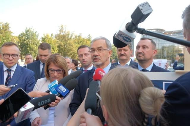 Minister Jerzy Kwieciński i politycy PiS na czwartkowej konferencji prasowej
