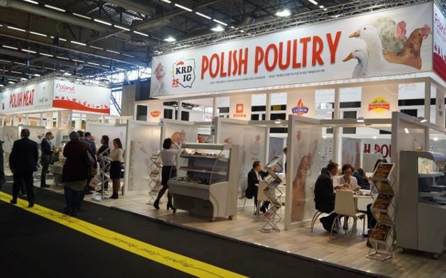 Podczas paryskich targów SIAL polscy producenci mięsa drobiowego zaprezentowali swoje oferty na stoisku POLISH POULTRY, zorganizowanego przez Krajową Radę Drobiarstwa. Na głębi  stoisko POLISH MEAT.