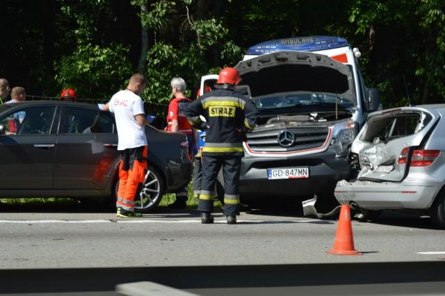Wypadek z udziałem karetki na obwodnicy, w okolicach węzła Matarnia  w Gdańsku. Zderzyło się kilka samochodów [29.05.2018]