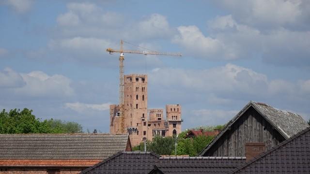 Zarówno wielkopolski urząd wojewódzki, jak i starostwo w Obornikach nie palą się do tego, by wznowić postępowanie w sprawie wydania pozwolenia na budowę słynnego zamku w Stobnicy.